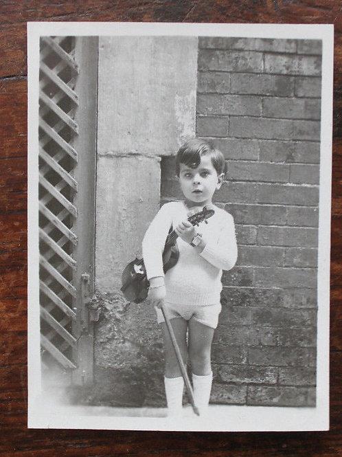 Photo Vintage family snapshot petit garçon avec violon