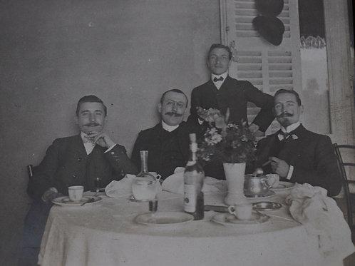Photographie ancienne vers 1905 Hommes élégants repas moustaches mode 1900