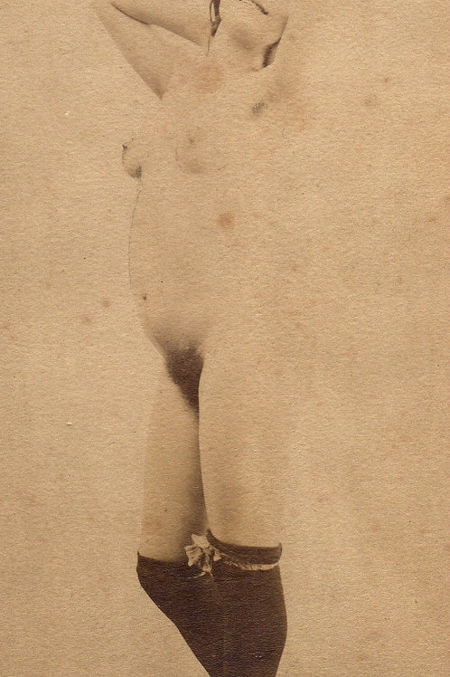 Photographie originale érotique (vers 1890). Jeune fille aux bas noirs