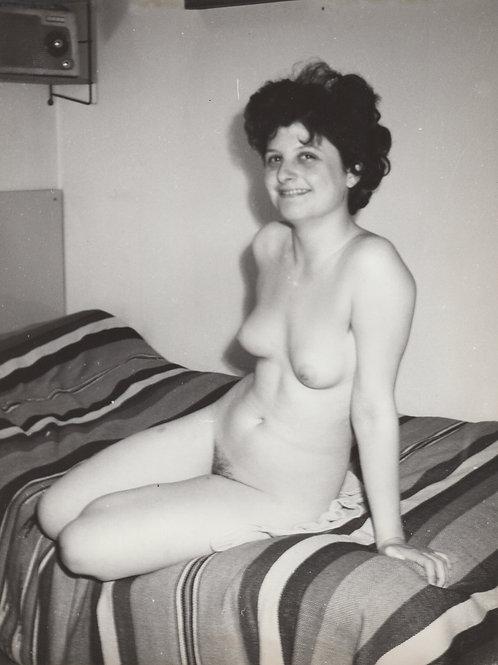 Sur le lit II. Photographie originale (vers 1960). 24 x 18 cm. Amateur