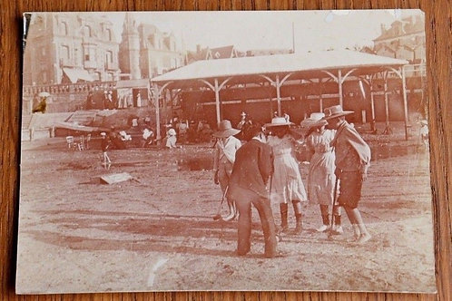 Photo ancienne 1900 Scène de vie enfant plage jeux Croquets mode rétro