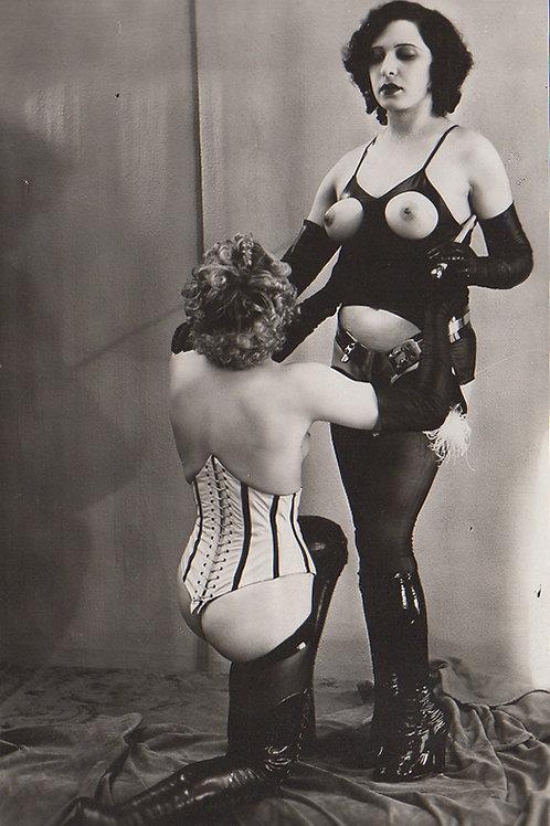 2 Photographies érotiques BDSM Latex (vers 1935). Duo de femmes
