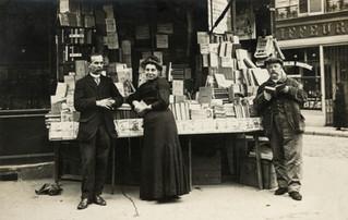 Un étalage de libraire du début du XXe siècle. Mais où et qui ?