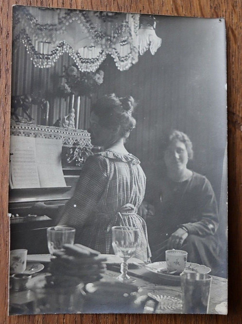 Photo ancienne salon 1900 femme piano pianiste mode