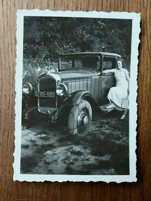 Photo ancienne années 1940 auto ancienne voiture joyeuse tennis