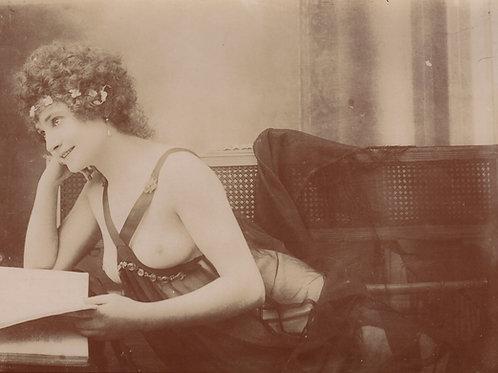 Lectrice aux seins nus. Photographie originale vers 1900-1910. Superbe