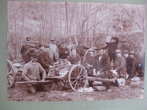 Photographie groupe d'hommes casse-croute dans les bois