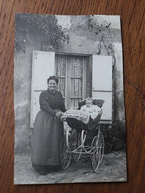 Photo ancienne CPA femme et bébé dans son Landau