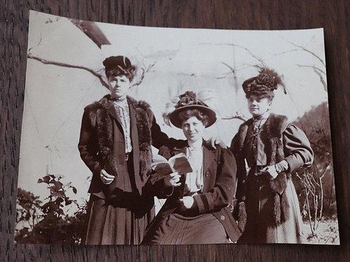 Photographie ancienne 1905 femmes élégantes Lectrice livre mode costume