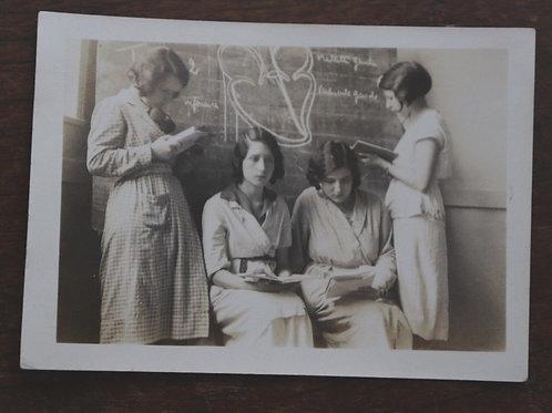 Photo ancienne école jeunes filles tableau étudiantes 1932 mode blouse Lectrice