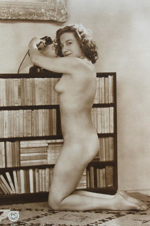 Carte Postale Photo érotique (vers 1940). Lectrice