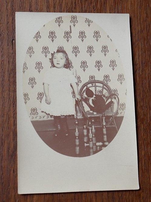 CPA Photo ancienne 1900 petite fille jouet peluche chat mode rétro