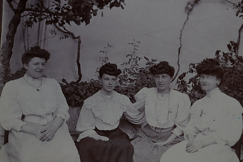 Photographie ancienne vers 1905 femmes élégantes mode robe chignon