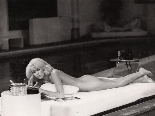 Mireille Darc. Lectrice nue (vers 1960). Photographie originale. Tirage d'époque