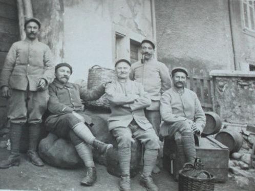 CPA photo groupe de poilus au repos scène de vie Guerre