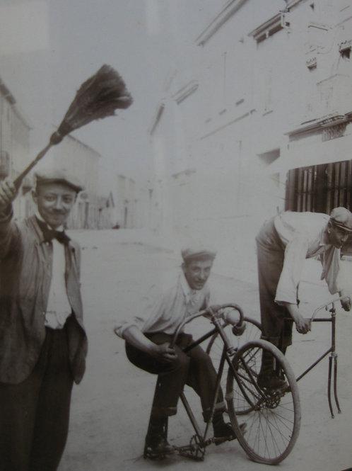 Photographie ancienne vers 1900 humour cyclistes sur des vélos sans roues