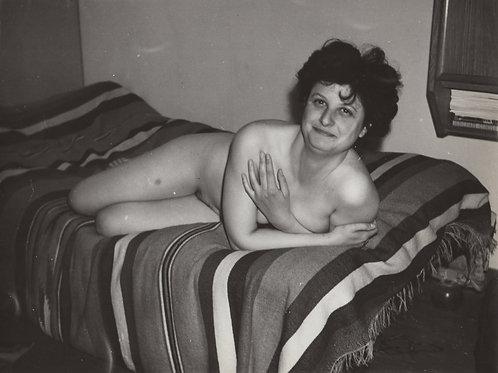 Sur le lit. Photographie originale (vers 1960). 24 x 18 cm. Amateur