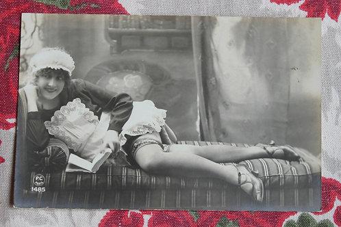 CPA photo rétro 1930 Lectrice femme nue