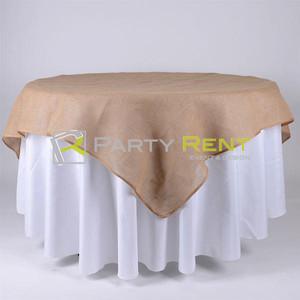 mesa redonda con cubre mantel y cubre de yute