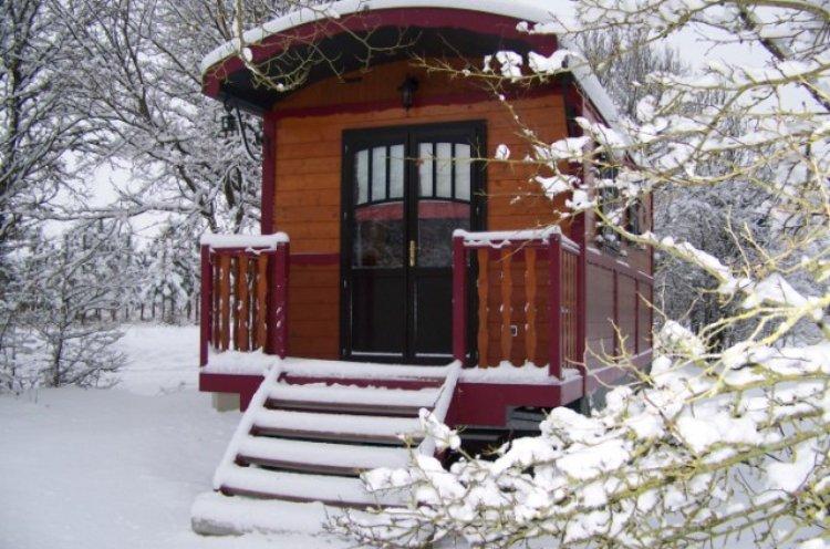 Roulotte sous la neige en hiver