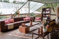 Lounge Chesterfield e Mesas rústicas
