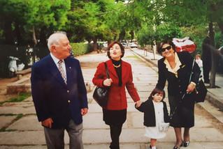Avec mes parents et ma fille Ilia à Athènes, 2000