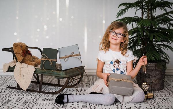 Adeline perefotograafiga jõulunurgas fotostuudios