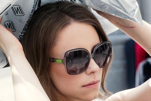 WANNA BE MY GIRL: Даже прячась от солнца под пластиковым пакетом, Саша - невозмутима