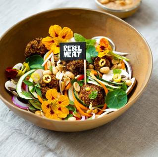 Rebel Bällchen auf Rohkost-Salat