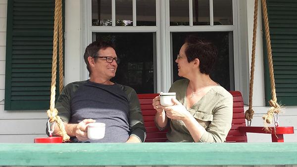 Jean et Isabelle, vos hôtes, vous accueillent dans un lieu chargé d'histoire. Confort et gourmandise au programme!