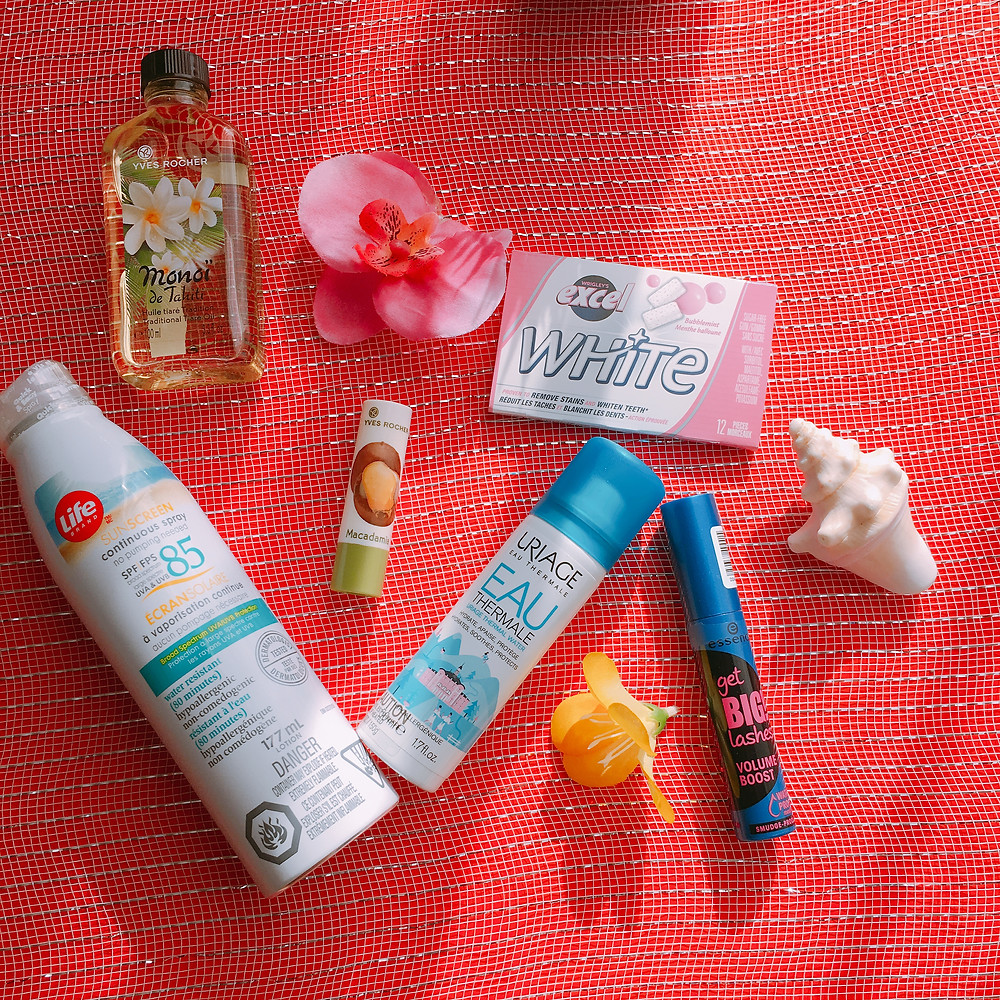 mon spray solaire, mon huile pour le corps, de la gomme, mon baume à lèvre, mon mascara hydrofuge et mon spray thermal.