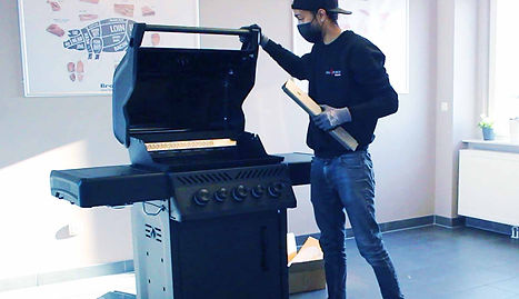 Grillforum-Mitarbeiter rüstet Gasgrill mit hochwertigen GOK-Sets auf