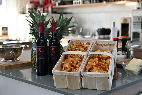Vorbereitete Kücheninsel mit exotischen Zutaten für ein besonderes Grillseminar in der Grill- und Kochschule