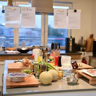 Aufnahme aus der für einen Grillkurs vorbereiteten Grillküche des Grillforums