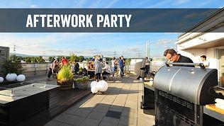 """Aufnahme aus dem Grill-Event """"Afterwork Rooftop-Party"""" mit Gästen auf der Dachterasse und einem Grillmeister vor dem Grill"""