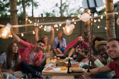Gruppenfoto von Gästen einer privaten Gartenparty mit Geschenken