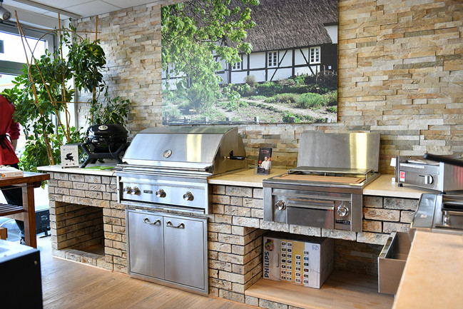 Aufnahme aus dem Grillforum VALENTIN: Ausstellung einer Outdoor Grillküche aus Stein mit Edelstahl Gasgrill