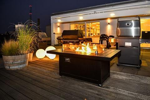 Aufnahme der für ein gemietetes Privat-Event vorbereiteten Dachterasse des Grillforum VALENTIN mit verschiedenen Grills und Sitzmöglichkeiten