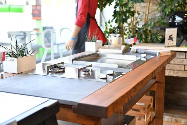 Aufnahme aus dem Grillforum VALENTIN: Ausstellung eines Outdoor Grill mit Holzelementen