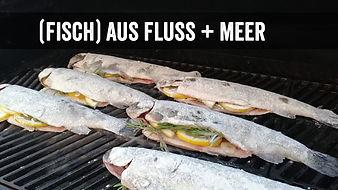 """Aufnahme aus dem Grillkurs """"Fisch aus Fluss und Meer"""" mit vorbereiteten Fischen auf dem Grill"""