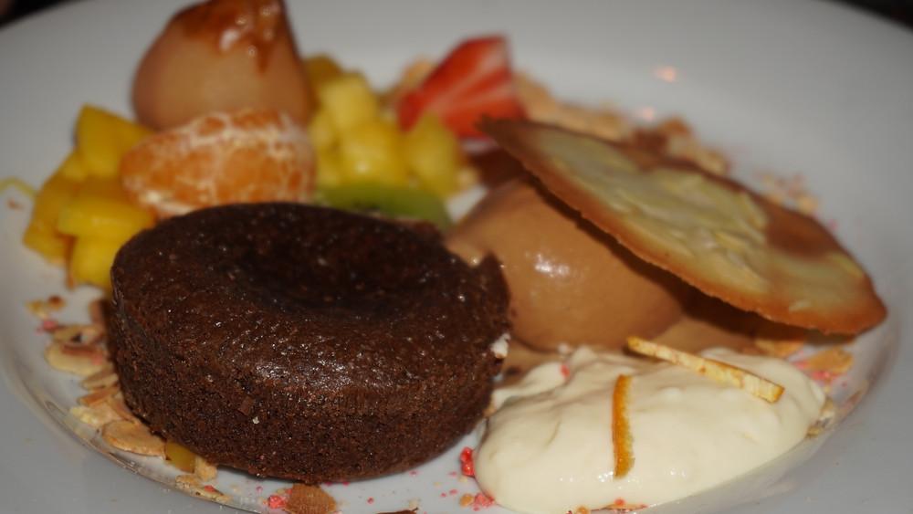 Fondant au chocolat aux poires pochées, crème légère à la fleur d'oranger. © Fabrice Roy