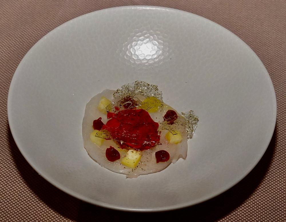 CEviche de Saint-Pierre au tamarin, sorbet groseille, opaline d'algue Wakamé. © Fabrice Roy