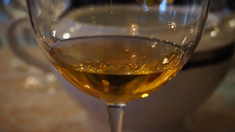 La robe ambrée des vins blancs vinifiés en Qvevri (Jarres). © Fabrice Roy
