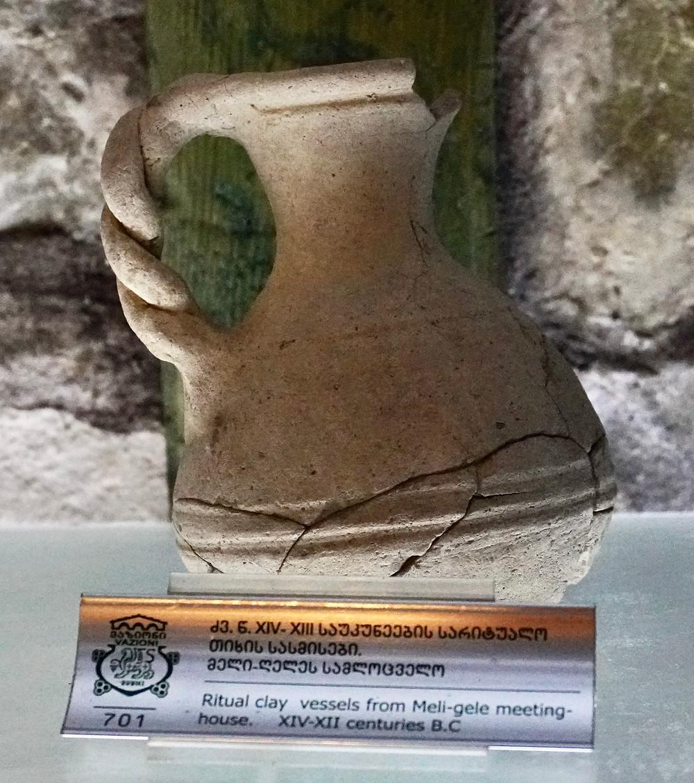 Le Domaine Shumi abrite aussi un petit musée du vin. Ici, un pot rituel en argile XIVème au XIIème siècles avant JC. © Fabrice Roy.