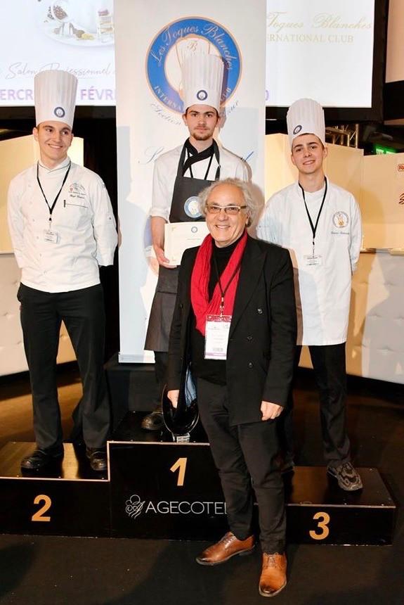 Jean-François Régis vient de remettre le premier prix au vainqueur. © Fabrice Roy