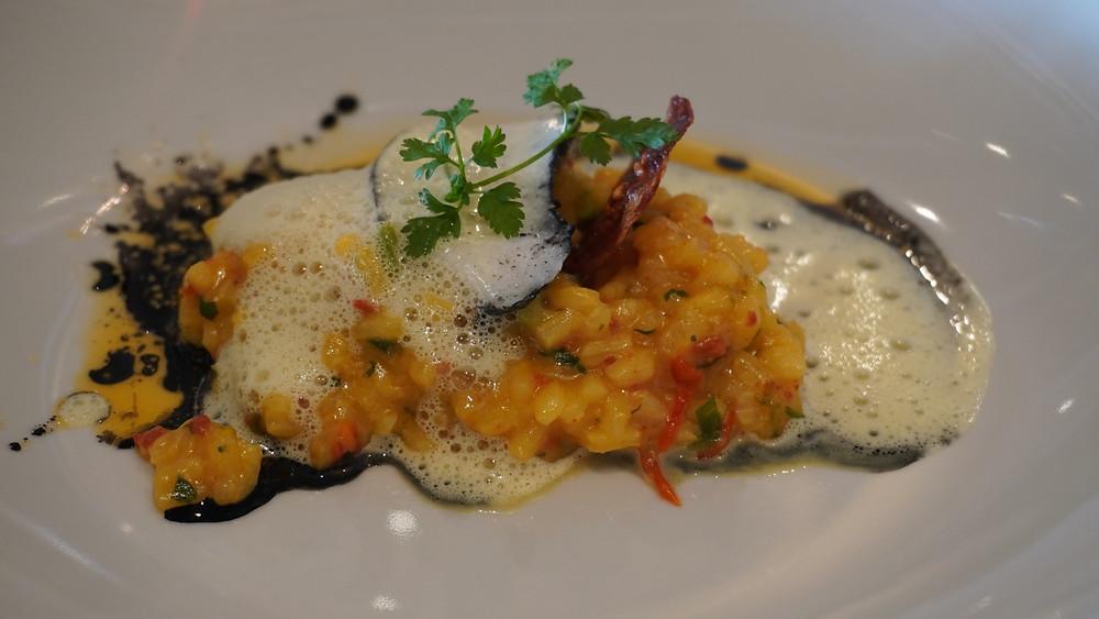 Dos de Skrei à la Plancha, risotto façon paella, huile de chorizo. © Fabrice Roy