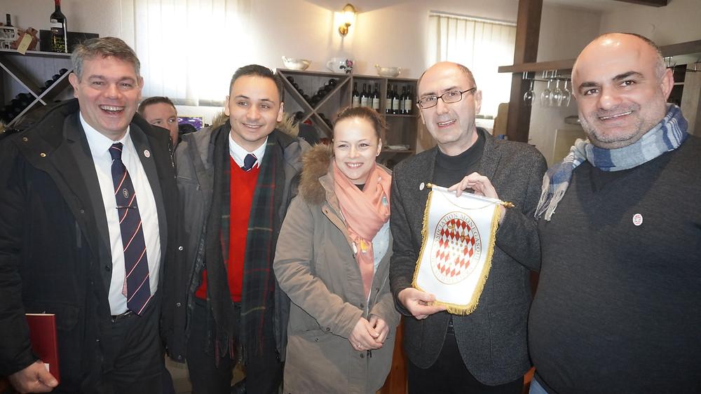 George Markharadze reçoit le fanion de l'Association des Sommeliers Monégasques. © Fabrice Roy