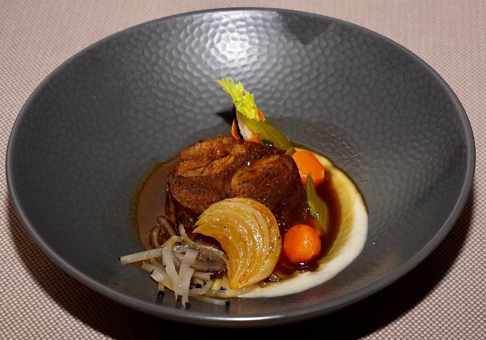 Jarret de veau cuit en cocotte, choucroute de radis noirs à la genièvre et purée de choux rave. © Fabrice Roy