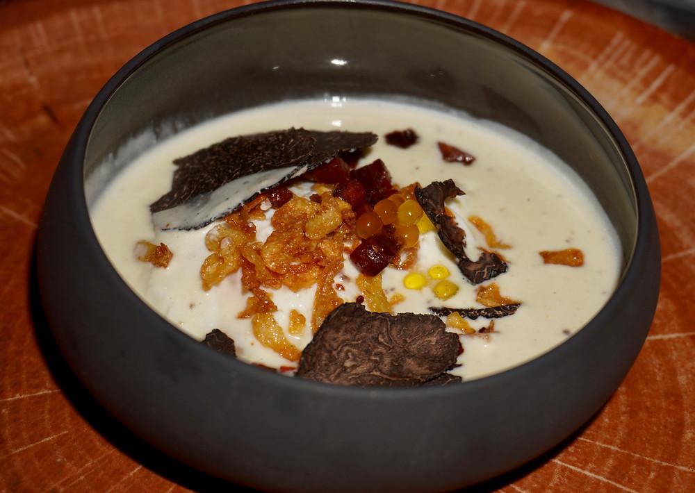 Œuf poché de la ferme, crémeux parmesan et truffe de saison, crispy chorizo © Fabrice Roy