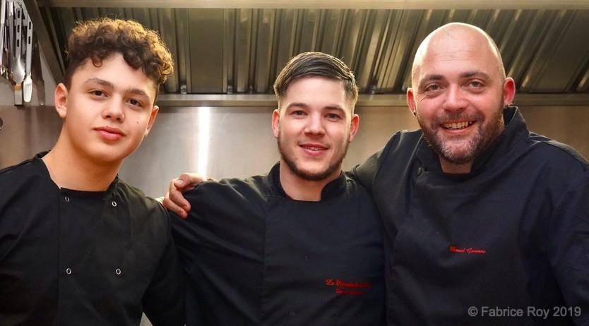 En cuisine, de gauche à droite, Janis, apprenti, Flo Bastien, Chef de Partie, David Graziani.